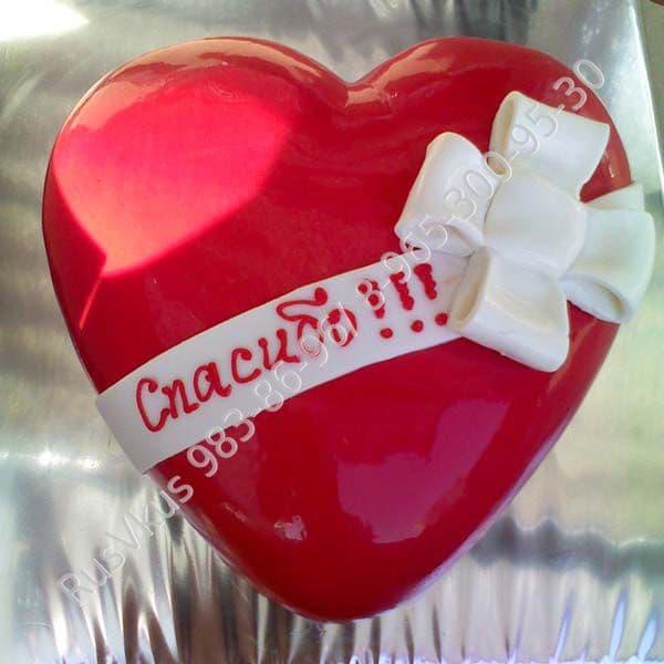 Торт СердцеТорты<br>Яркий торт Сердце поможет вам завоевать сердце сладкоежки без боя! Мягкий бисквит покрыт красной мастикой и украшен белой лентой из масткики с надписью по вашему желанию. Торт выполнен полностью вручную мастерами художественной кулинарии. Вес 2 кг.<br><br>С...<br>