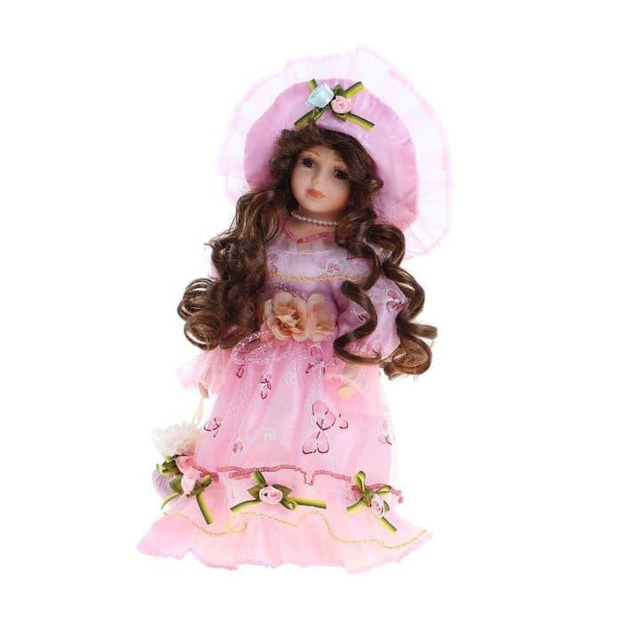 Коллекционная кукла Барышня ЕленаКуклы<br>Коллекционная кукла Барышня Елена выполнена из легкого текстиля и высококачественной керамики, покрашенной вручную. Елена одета в платье и шляпку из органзы розового цвета, украшенные цветами, лентами и кружевом. Волосы уложены в длинные каштановые локо...<br>