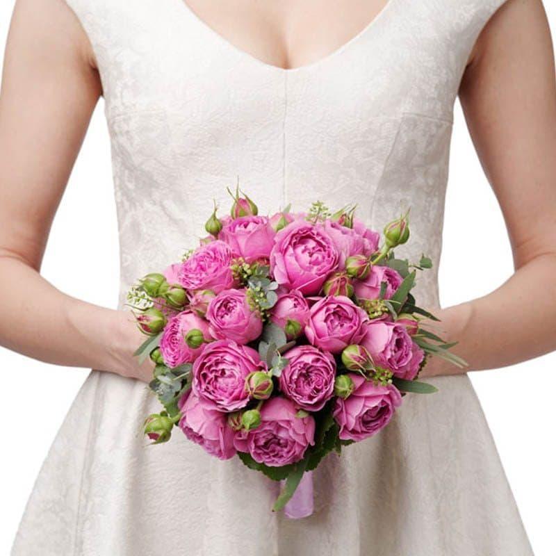 Мечта невестыБукет невесты<br>Букет невесты Мечта невесты составлениз 8 пионовидных кустовых роз розового цвета.Композиция дополнена декоративной зеленью салала и бусинами жемчужного цвета. Стебли перевязаны блестящей розовой лентой. В комплект входит бутоньерка жениха.<br>