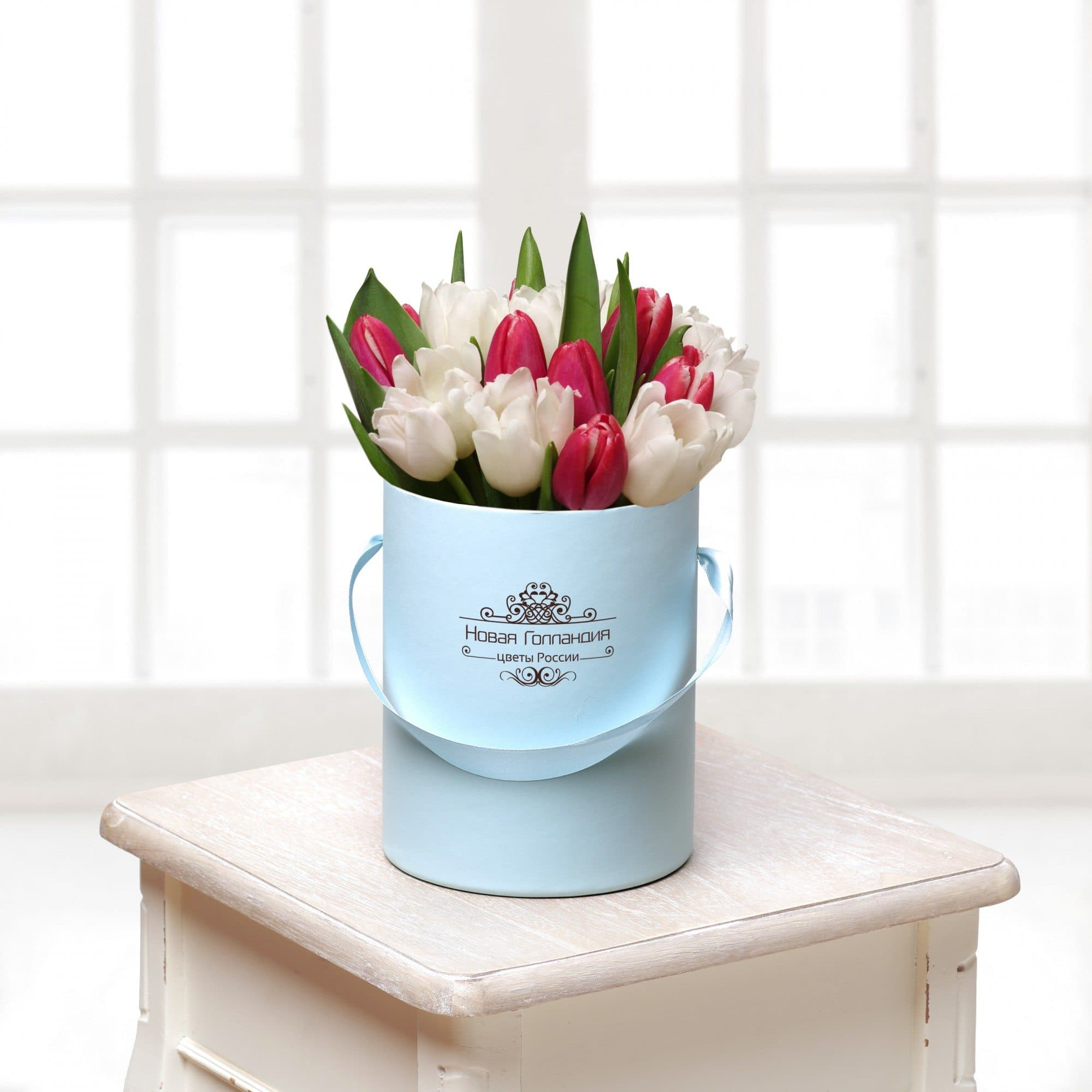 21 тюльпан микс в маленькой голубой шляпной коробке №416Тюльпаны<br><br>