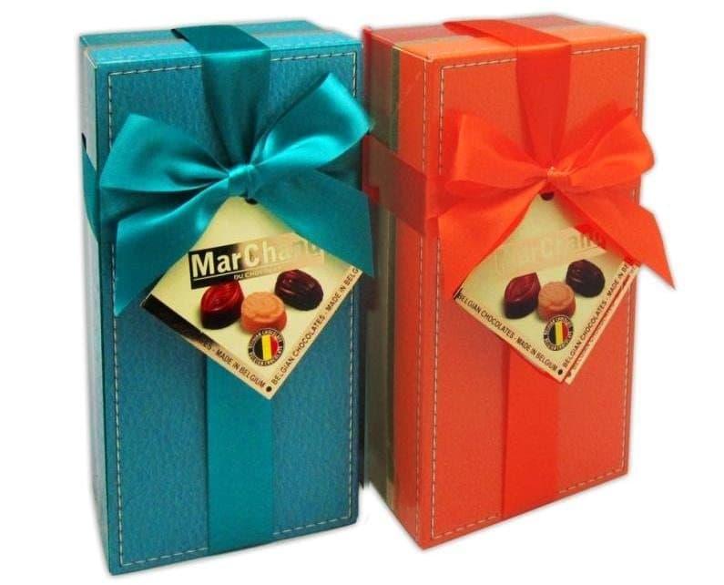 Бельгийский шоколад MarChandШоколад<br>Закажите к букету коробку изысканного бельгийского шоколада-пралине MarChand. Набор из 16 конфет из темного, молочного и белого шоколада с ореховыми, шоколадными, карамельными и другими начинками сделает праздник еще слаще и приятнее. Исполнение в упаковк...<br>