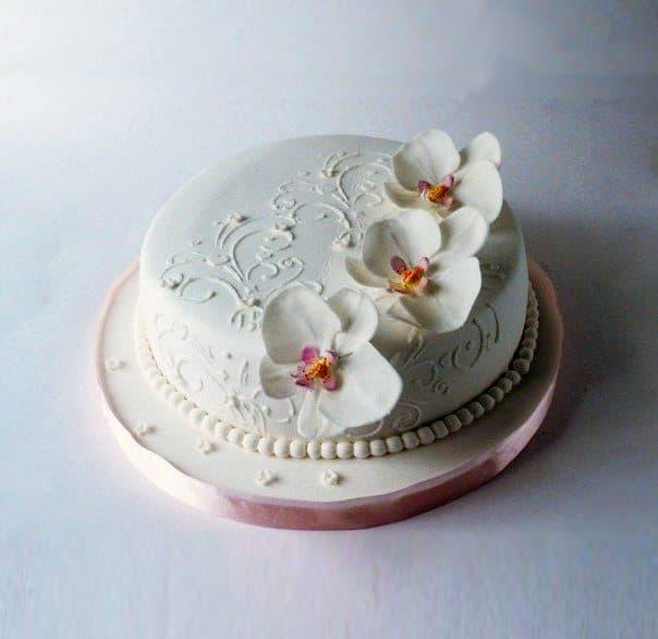 Торт  Для НееТорты<br>Нежный торт Для Нее станет незабываемым подарком для любимой, подруги, коллеги или мамы. Сочный бисквит оформлен белой пищевой мастикой, украшен кулинарными бусинам и сладкими цветками орхидеи. Торт выполнен полностью вручную мастерами художественной ку...<br>