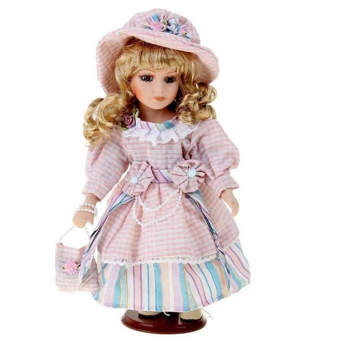 Коллекционная кукла СусаннаКуклы<br>Коллекционная кукла Сусанна выполнена из плотного текстиля и высококачественной керамики, покрашенной вручную. Белокурая барышня носит платье и шляпку в стиле Прованса, в руках маленькая сумочка. Кукла прочно укреплена на подставке, ее легко поместить н...<br>