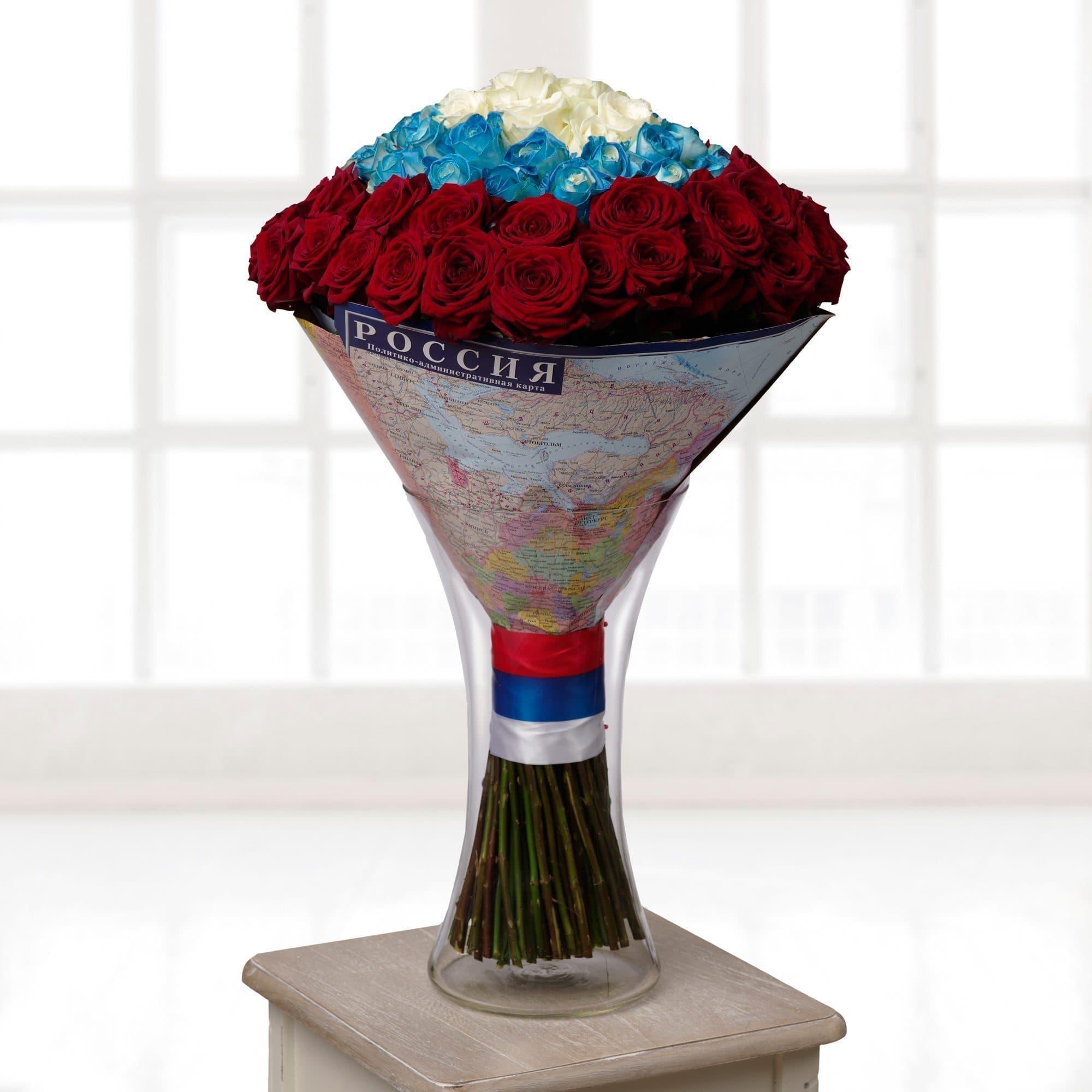 РоссияБелые розы<br>Букет Россия станет прекрасным подарком отцу, коллеге, партнеру по бизнесу, мужу. Это идеальный презент для мужчины и истинного патриота.<br><br>В состав композиции вошли розы высотой 60 см., которые наши флористы расположили по цветам флага Российской Феде...<br>